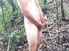 Flaco masturbándose en el bosque + tocándose el culo + paja en el bosque