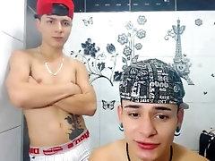 2 lindos culombianos montandose en el baño durante el webcam