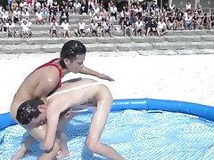 Amigos juegan en piscina casi desnudos
