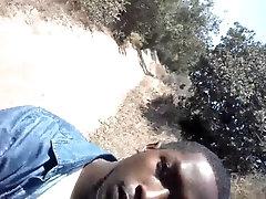 manuelmoranmoran negrito camina con su ernorme berga al aire libre