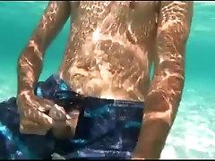 Je me masturbe dans l'eau à la plage, les potes pas loin ^^
