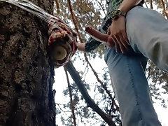 Парень в лесу трахает искусственный анус приклеенный к дереву