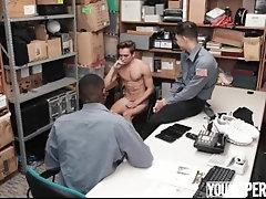 Seguranças abusando do jovem criminoso [You.ng.Per.ps-Addi.son.Rim.Thom.son]